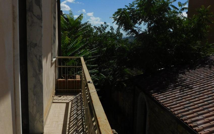 Casa indipendente con giardino retrostante in zona centralissima