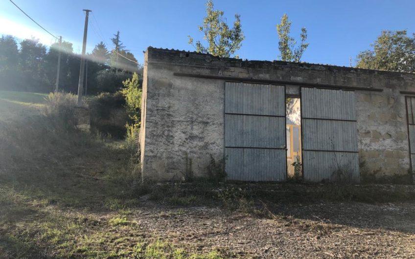 Fabbricato indipendente con giardino mq 1.200